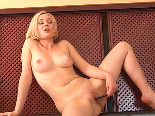Glum blonde gives adorable solo