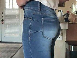 Сочная задница милфы рвет джинсы от жажды к члену