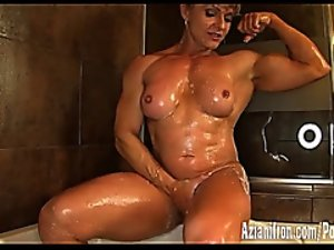 Cissified bodybuilder flexes with the addition of washes her immutable muscles